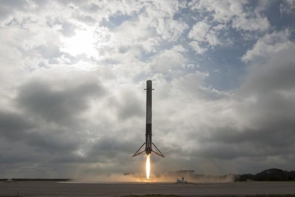 Falcon 9 aterrizando en LZ-1. La foto es de Space X publicada bajo dominio público.